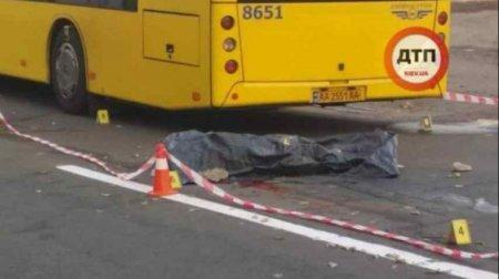 Помер миттєво: У Києві чоловіка штовхнули під автобус