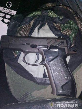 У Чопі поліція затримала групу молодиків зі зброєю (ФОТО)