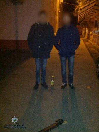 """Молоді ужгородці вночі """"вешталися"""" містом із ножем (ФОТО)"""