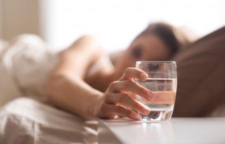 Причини, чому треба пити воду натще відразу після пробудження