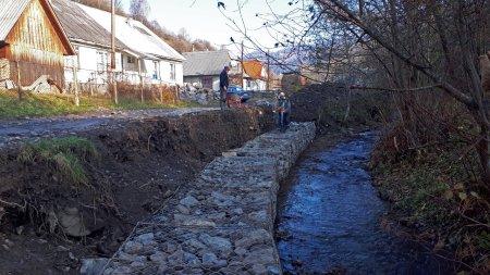 На Міжгірщині укріплюють береги річки перед асфальтуванням автодороги до високогірного села (ФОТО)