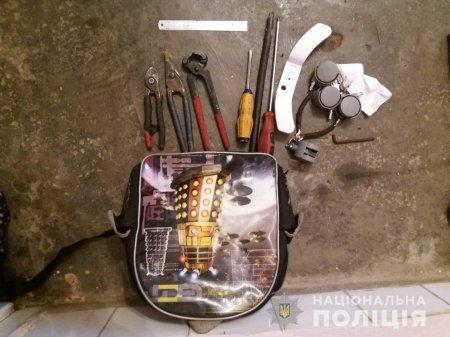 На Мукачівщині поліція затримала злодія з награбованим та з інструментом для промислу (фото)