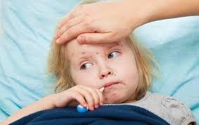 Дитину хвору на кір не впустили до лікаря в кабінет, оглянули просто на сходах, біля вікна: скандал в лікарні, батьки в шоці (відео)