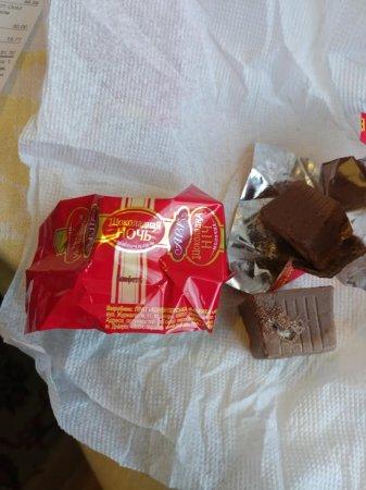 """Чоловік придбав цукерки в супермаркеті """"Рахів"""" із """"подарунком"""" в середині"""