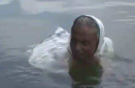 Жінка 20 років живе в озері в Індії (відео)