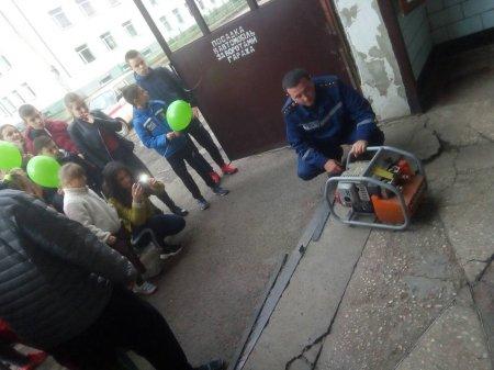 Школярі дізнавались про професію вогеборця, а дорослі засвоювали правила безпеки взимку