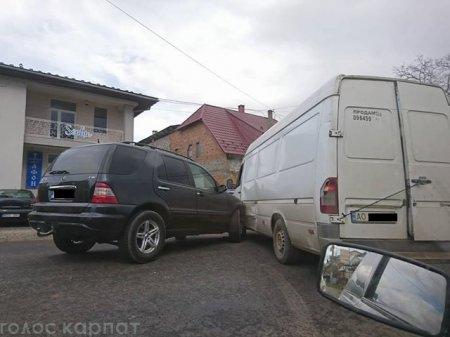 """На Тячівщині ДТП: позашляховик """"Mercedes"""" зіткнувся з мікроавтобусом (ФОТО)"""