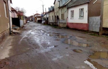 Коцку зняли: в Мукачеві досі не відремонтували вулицю, яку назвали на честь Небесної сотні (відео)