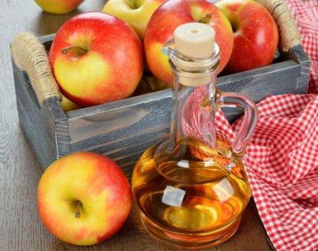 Дерматологи: Яблучний оцет врятує від прищів і чорних крапок