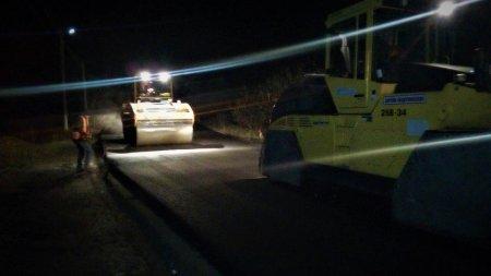 Через похолодання, що наближається, дорогу у високогірному селі на Міжгірщині ремонтують і вночі (ФОТО)
