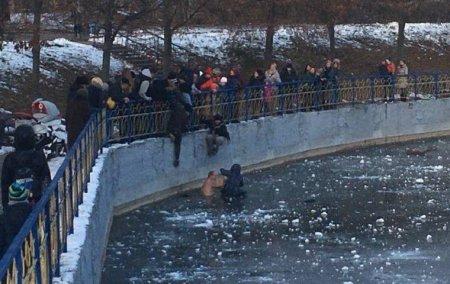 Перехожий кинувся в крижану воду рятувати дитину (фото)