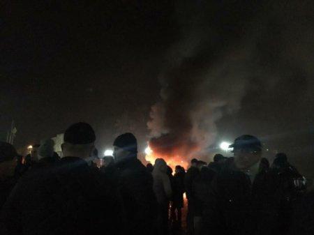 Площу Народну затягло димом - акція протесту триває (ФОТО)