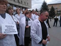 Працівники Ужгородської міської поліклініки влаштували протест у сесійній залі мерії