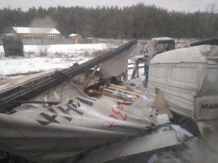 Поїзд Лисичанськ - Ужгород зніс фуру (фото)