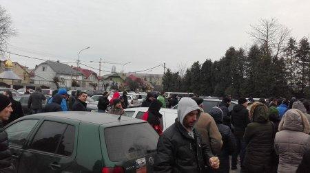 В Ужгороді кілька сотень автовласників думають, що робити зі своїм транспортом (фото)
