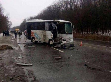 Зносив все на своєму шляху: На Хмельниччині сталась моторошна ДТП з пасажирським автобусом (ФОТО)
