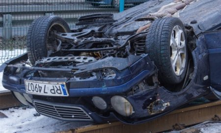 """Кладовище """"євроблях"""": закарпатці масово кидають автомобілі з того боку кордону (ВІДЕО)"""