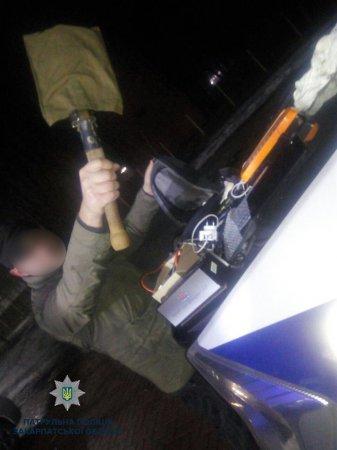 Патрульні вночі затримали чоловіка з награбованим, зараз з'ясовують, який магазин пограбував  (фото)