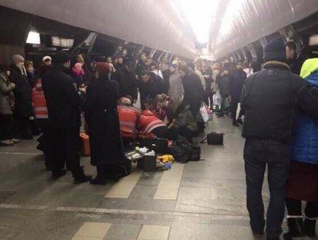 На центральній станції метро в Києві сталося страшне, дівчинку врятувати не вдалося