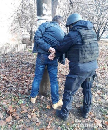 Поліцейські Закарпаття під час обшуку у мешканця обласного центру вилучили наркотики