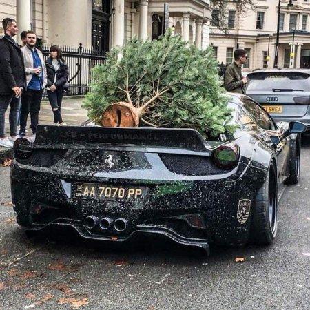 Українець на Ferrari з ялинкою на даху вразив Лондон (відео)