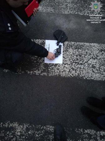 На кордоні у чоловіка знайшли зброю (фото)