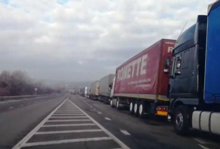 На об'їзній Ужгорода величезна черга з великовантажних автомобілів (відео)