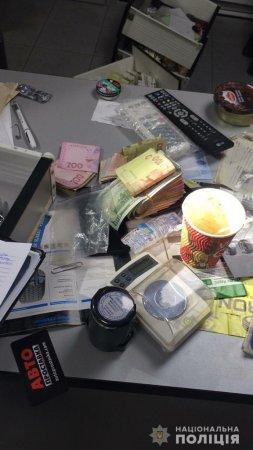 Поліція Закарпаття проводить обшуки за місцем проживання фігурантів наркозлочинів у Хусті (ФОТО, ВІДЕО)