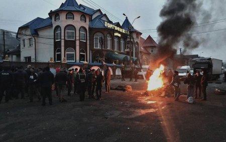На Тячівщині,  люди продовжують бастувати на дорозі: В мережі з'явилися нові фото