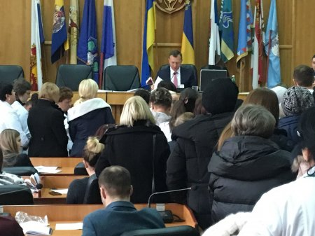 В Ужгородській міськраді медики заблокували трибуну