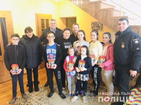 Мукачівські правоохоронці привітали вихованців дитячого будинку сімейного типу з Днем Святого Миколая (ФОТО)