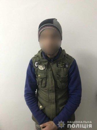 У Мукачеві поліцейські оперативно затримали грабіжника, який вкрав сумку у 22-річної дівчини (ФОТО)