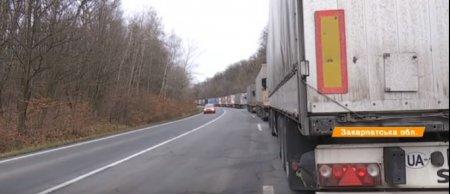 На кордоні зі Словаччиною поблизу Ужгорода вантажівки по кілька діб стоять у черзі (ВІДЕО)