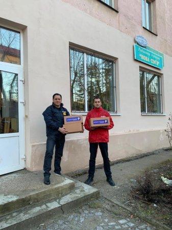 """Активісти партії """"Опозиційна платформа - За життя"""" в Ужгороді продовжують дарувати передноворічну казку тим, хто цього так потребує."""