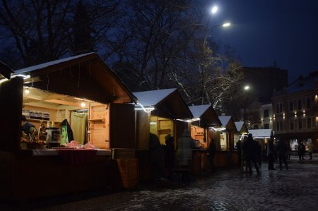 Новорічно-різдвяний ярмарок починає працювати в Ужгороді