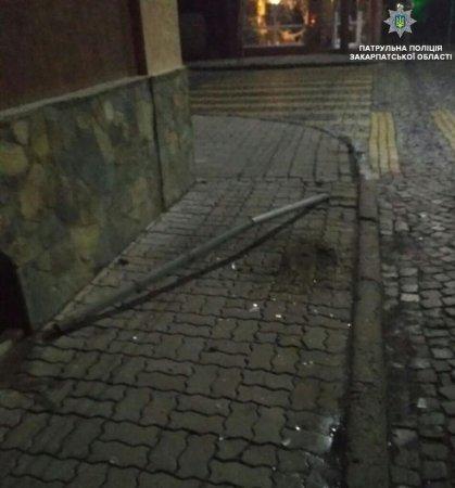 """У Мукачеві на шляху водія """"став"""" дорожній знак"""