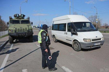 Під Києвом на блокпостах з'явилася бронетехніка (фото)