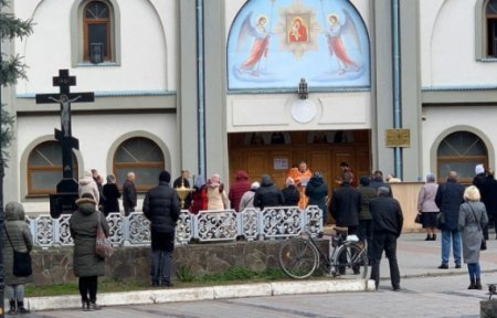 Закарпатці попри заклики залишатися вдома, відвідують недільні служби у храмах (ФОТО)