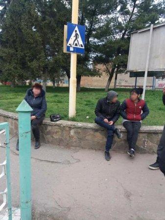 Біля Ужгородського залізничного вокзалу четверо циган пограбували жінку (фото)