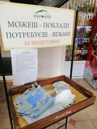 На Рахівщині волонтери безкоштовно шиють маски для жителів