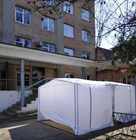 У Тячівській РЛ розгорнули намети для обстеження пацієнтів (ФОТО)