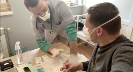 Віталій Глагола та лікар Віктор Петров показали, як проходить експрес-тест на Covid-19 (відео)