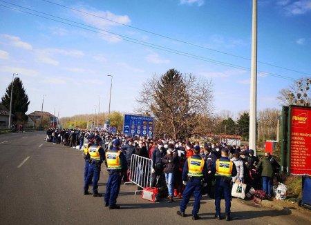 Комунальний транспорт Ужгорода допомагає співвітчизникам переходити кордон (фото)