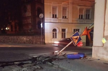 В Ужгороді авто знесло дорожній знак, водій втік (фото)