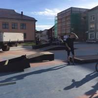 У Тячеві на площі Поштовій йде активна підготовка до відкриття нового сезону для любителів екстриму (фото)