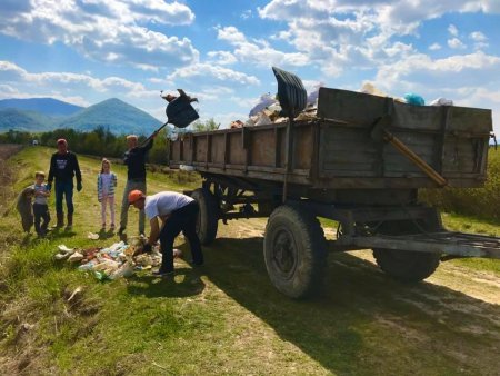 У Тячівській ОТГ активісти прибрали сміття біля Лазівських озер (фото)