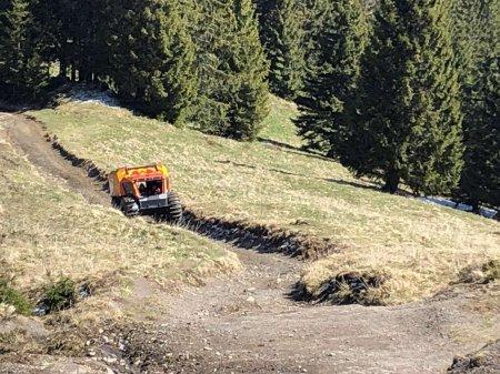 """Гірські рятувальники провели тест-драйв снігоболотахода """"Богун"""" по весняному бездоріжжю Карпат"""