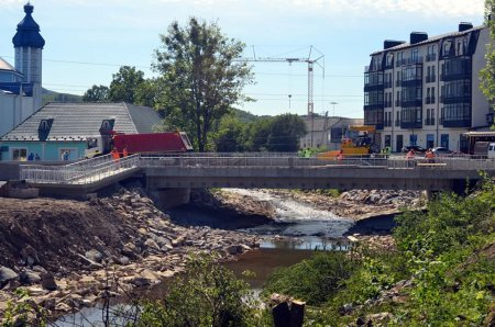 Міст у місті Свалява за кілька днів зєднає два береги міста (фото)