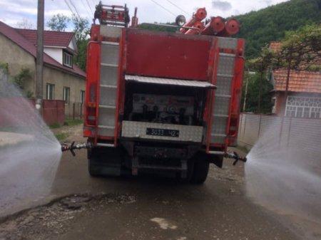 Хустські рятувальники провели дезінфікуючу обробку місць загального користування в с. Липча