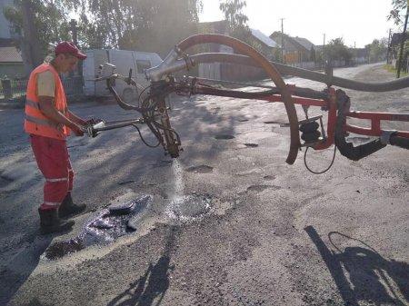 Тривають ремонти доріг місцевого значення (фото)